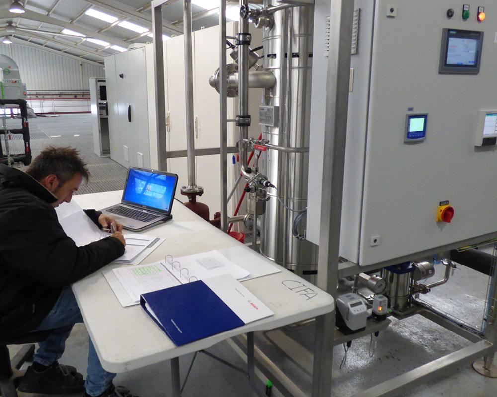 Imagen de un técnico SAT de CIFA Servicios llevando a cabo el servicio de mantenimiento correctivo-preventivo